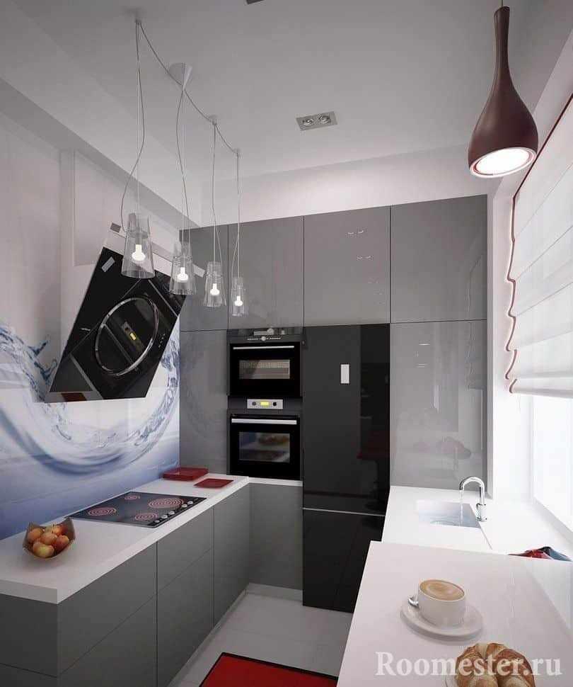 Одну стену в кухне можно полностью заполнить шкафами с техникой от пола до потолка