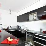 Сочетание красного, черного и белого цветов на кухне