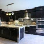 Сочетание темной мебели и стального холодильника