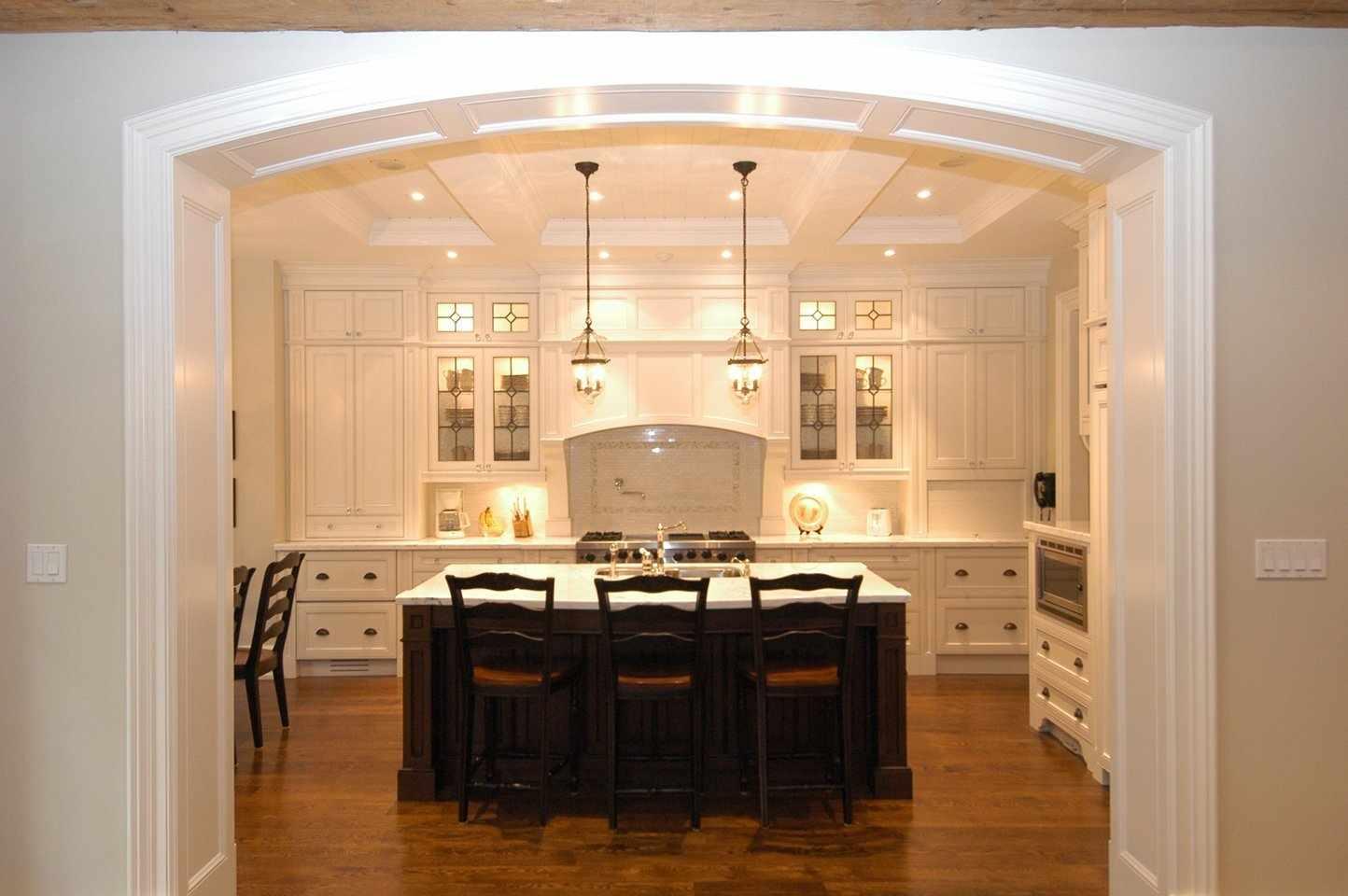 Большая кухня с аркой