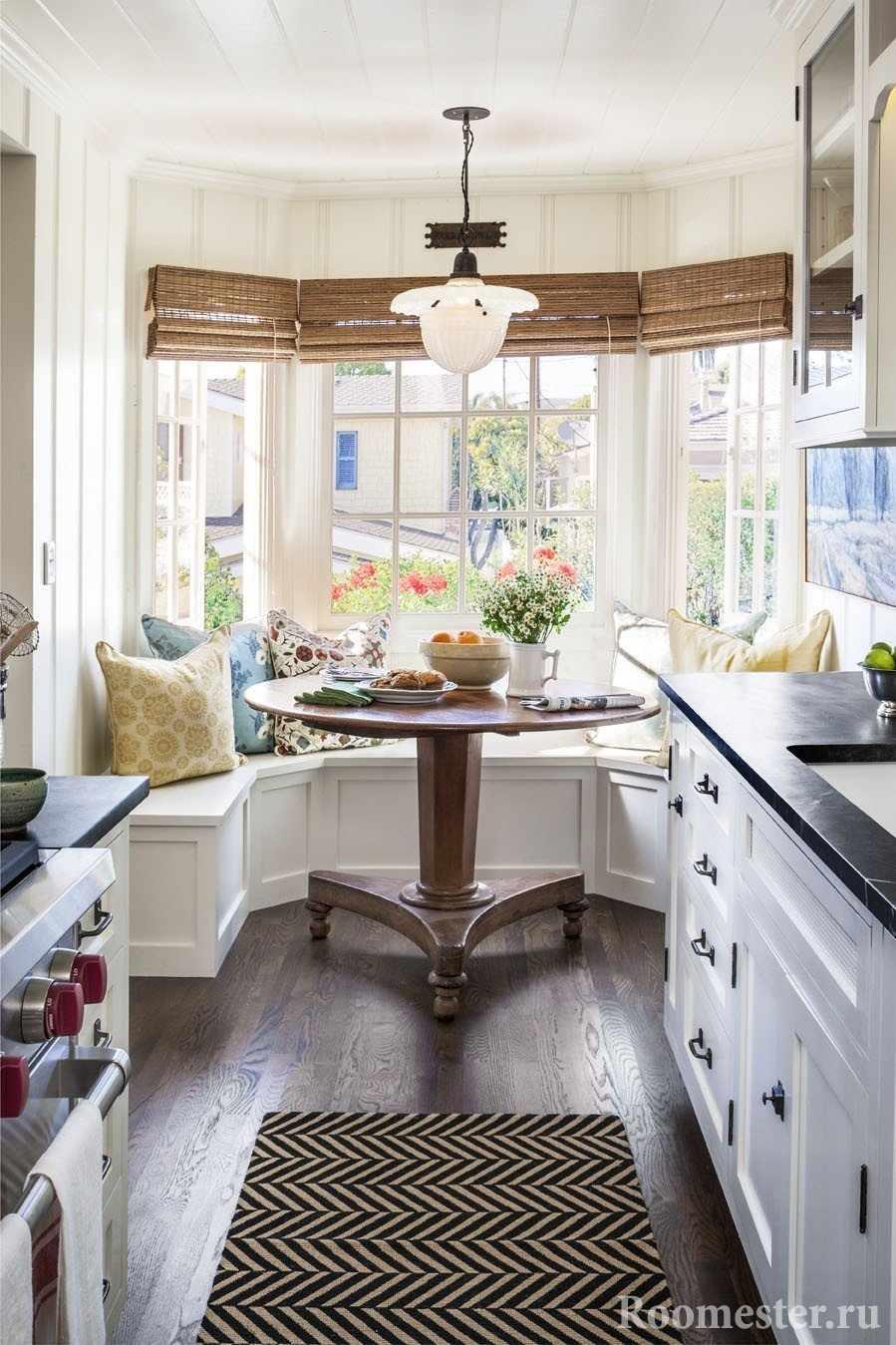 Узкая кухня с большими окнами в эркере