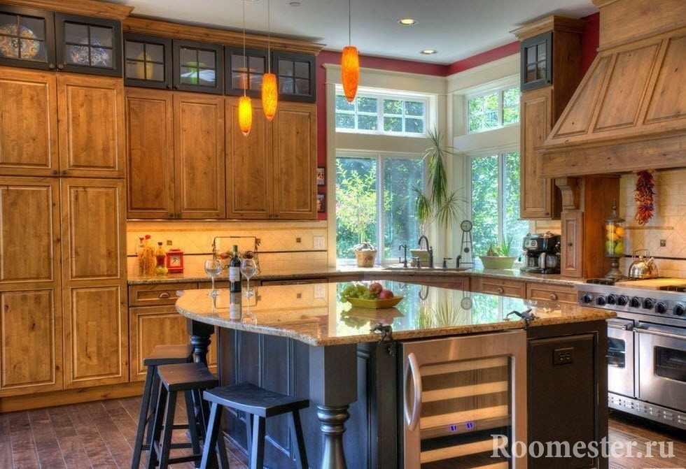 Кухня с деревянной мебелью