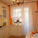 Оранжевые стены и белая мебель на кухне