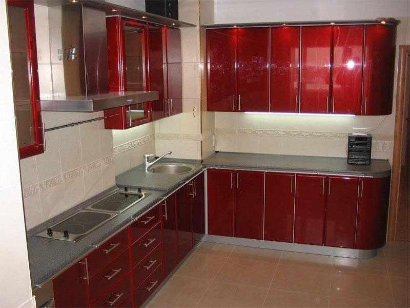 Короб в углу в красной кухне