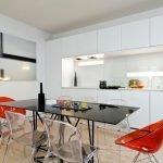 Прозрачные стулья на кухне