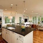 Светлая мебель с темной столешницей на кухне