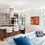 Яркая картина в белом интерьере кухни-студии
