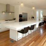 Белый стол-остров на кухне