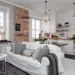Кирпичная стена в белом интерьере кухни