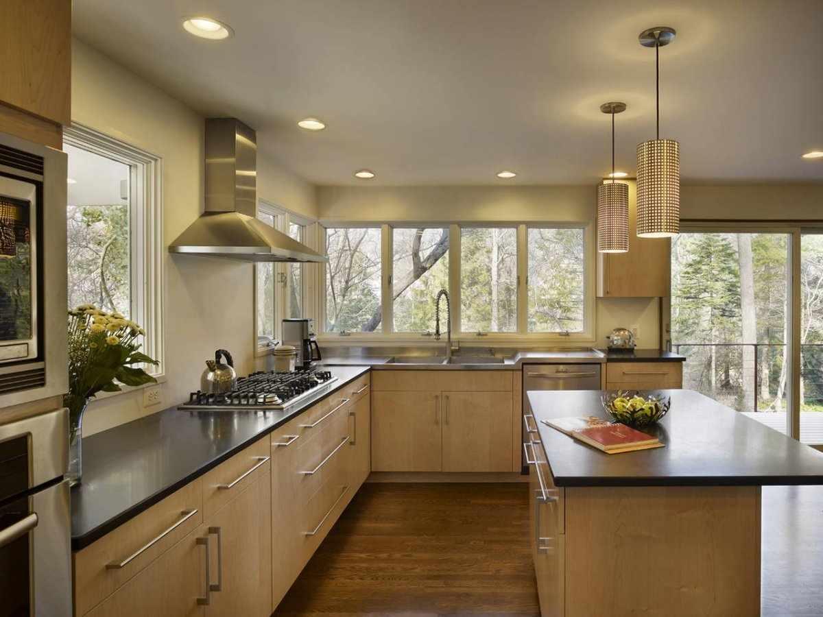Дизайн кухни со встроенными светильниками и подвесными люстрами