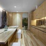Дизайн кухни с большим количеством дерева