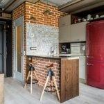 Малиновый холодильник и белая кухонная мебель