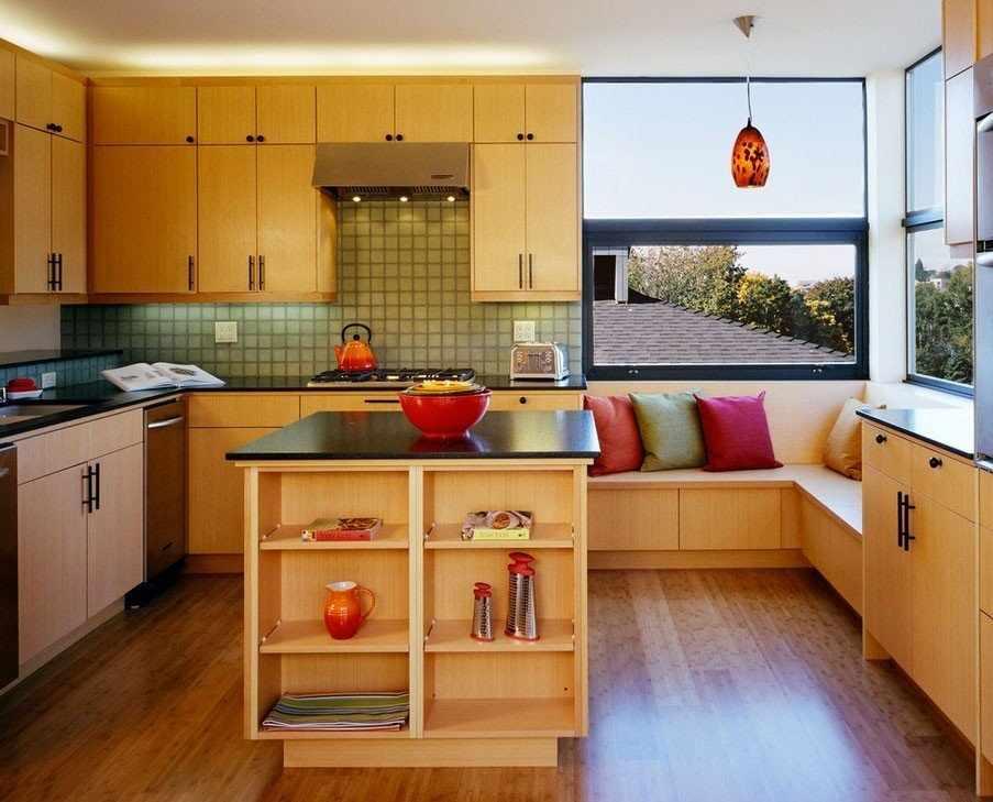 Планировка с угловой кухней и столом островом