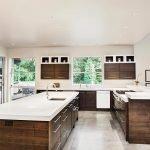 Светлый интерьер с темной кухонной мебелью