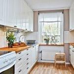 Белая мебель со столешницами из натурального дерева на кухне