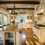 Темные балки в светлом интерьере кухни