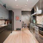 Рабочая зона на кухне с телевизором на стене