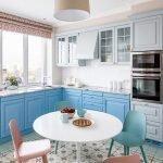 Бело-голубая кухонная мебель в интерьере