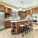 Интерьер с кухонной мебелью из дуба