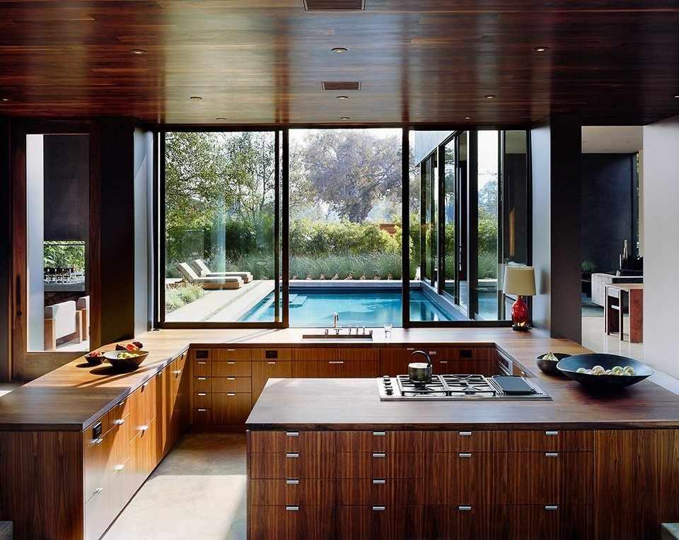 Мебель и потолок из темного дерева на кухне