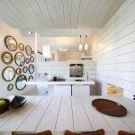 Зеркала разного размера на стене кухни