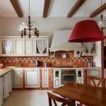 Красная люстра на кухне