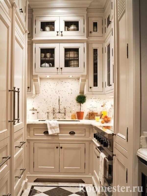 Шкафы до потолка в маленькой кухне
