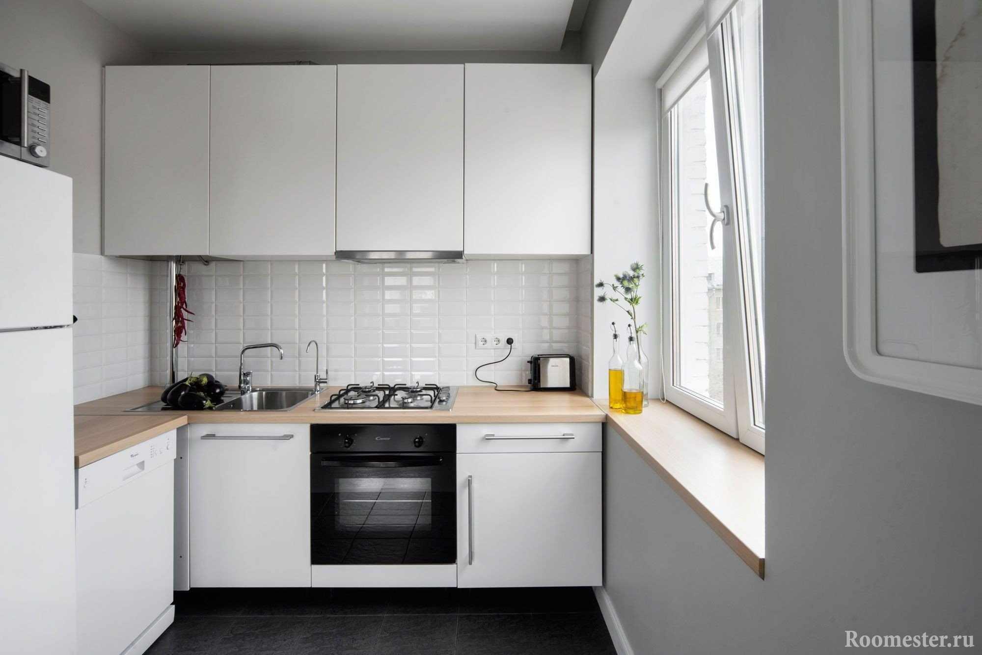 Комфортная кухня с окном
