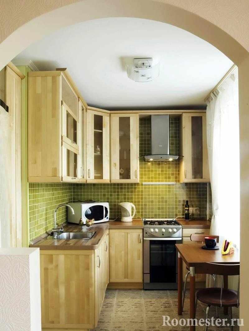 Оливковый фартук в кухне с аркой