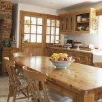 Деревянная мебель на кухне