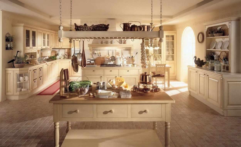 Кухня в стиле кантри со светлой мебелью