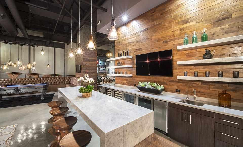 Светлая мебель на кухне в стиле лофт