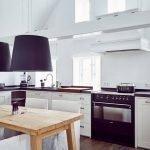 Деревянный стол в белом интерьере кухни
