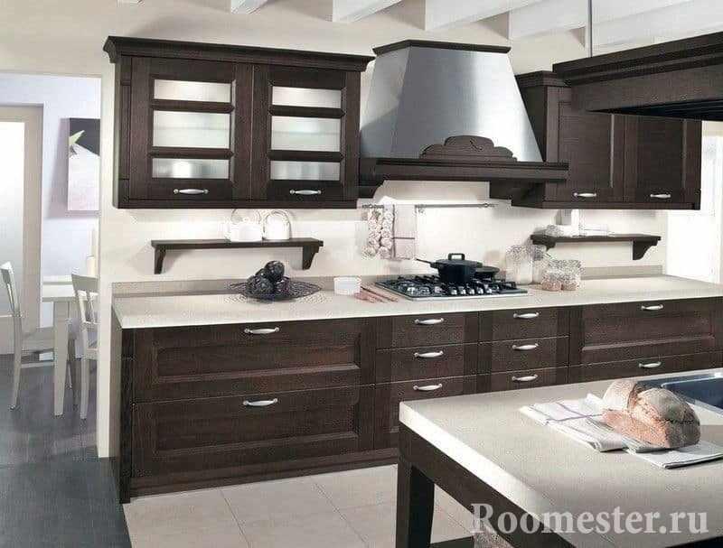 Кухня с белой столешницей и фасадами венге