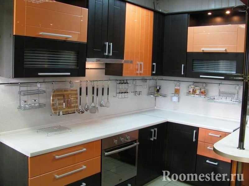Сочетание оранжевого с цветом венге на угловой кухне