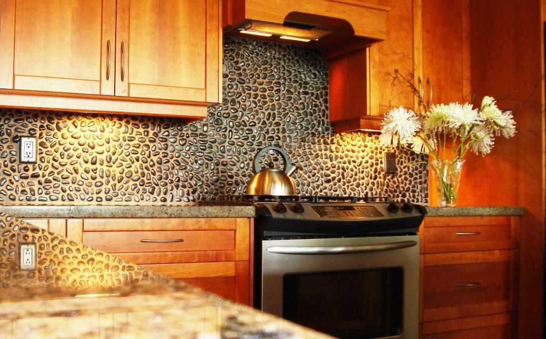 Фартук из природного камня на кухне