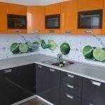 Оранжевые шкафчики на стене