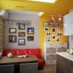 Красный диванчик в бело-желтом интерьере