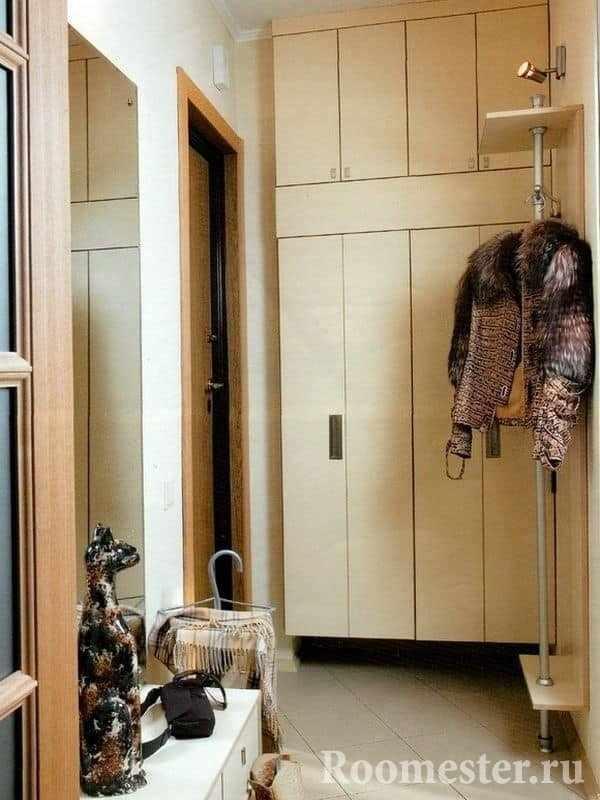 Вместительный шкаф в квадратной прихожей 6 кв м