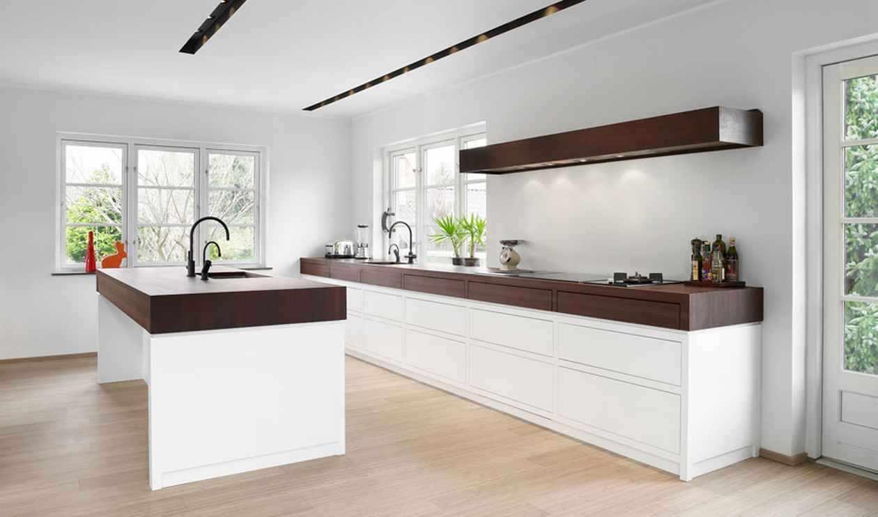 Белая кухня коричневые столешницы