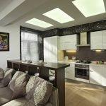 Белая кухонная мебель на фоне темных стен