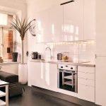 Черный пол и белая мебель на кухне