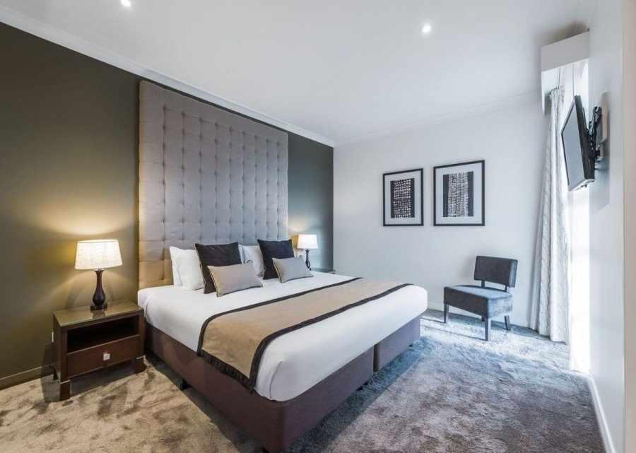 Спальня с высоким потолком