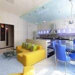 Яркий диван в квартире