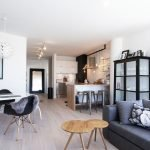 Оттенки черного в дизайне белой комнаты