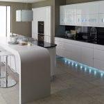 Освещение кухни в белых тонах