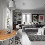 Серый ковер на полу в гостиной