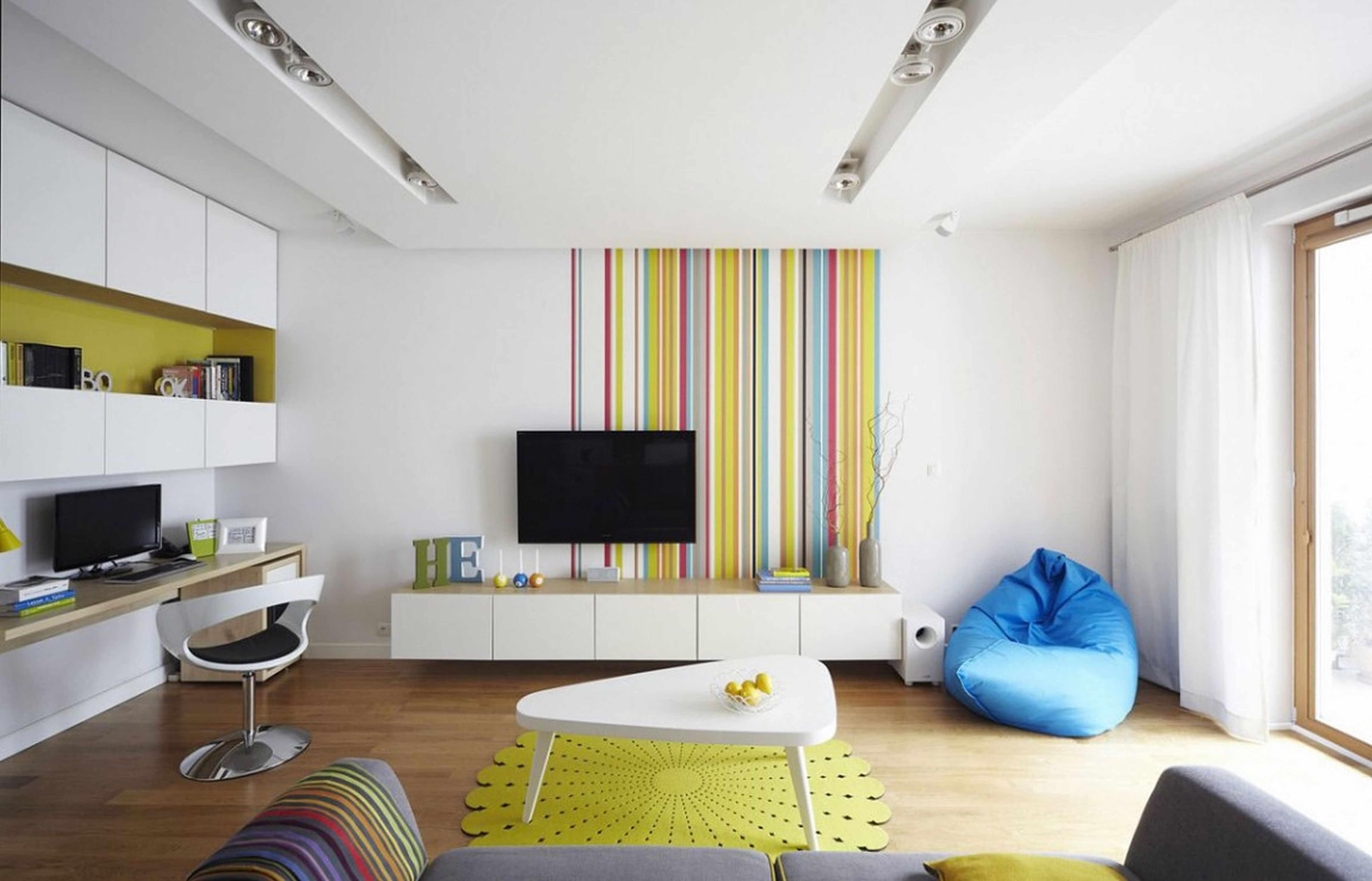 Яркие детали интерьера в комнате белого цвета