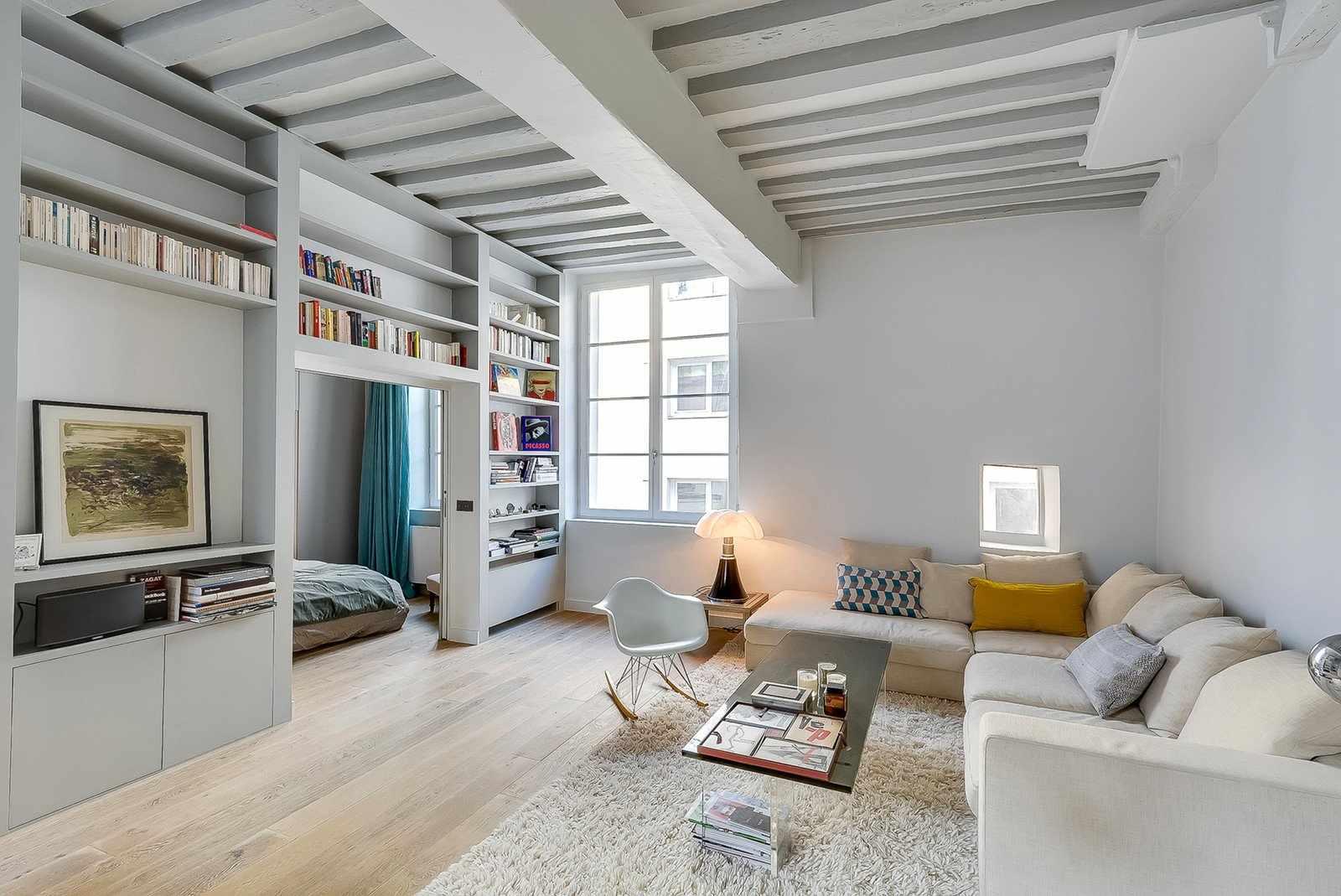 Бело-бежевая комната