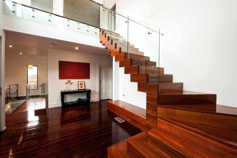 Массивная деревянная лестница